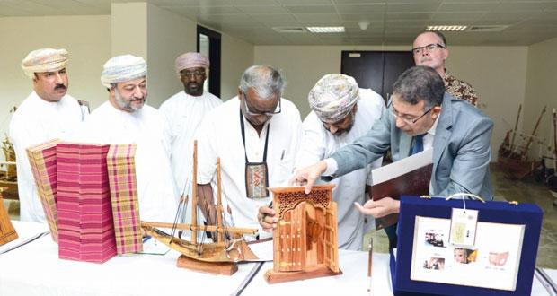 لجنة التحكيم النهائي لمسابقة السلطان قابوس للإجادة الحرفية تقييم المنتجات الحرفية المتنافسة