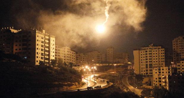 عدوان إسرائيلي على غزة وقوات الاحتلال تداهم منازل بالضفة