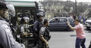 الاحتلال يعتدي على المصلين في (الأقصى) ويمدد توقيف 16 مقدسيا