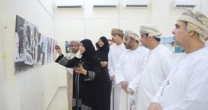 """خديجة المقبالية تقدم 44 لوحة فنية في معرض """"حوارات لونية"""" بصحار"""