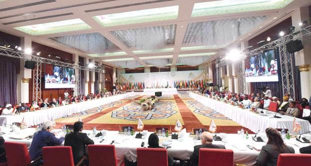 """""""إعلان مسقط"""" يدعو الدول الأعضاء إلى اعتماد الحوار بين الثقافات والحضارات خيارا استراتيجيًّا لها، واللجوء إلى آلية الوساطة الثقافية فـي التقريب بين أتباع الأديان والثقافات وفـي تحقيق السلم العالمي"""