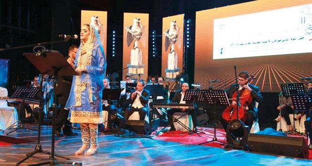 تنافس متقارب في بهاء الكلمة وعذوبة اللحن سجله المتسابقون في مهرجان الأغنية العمانية