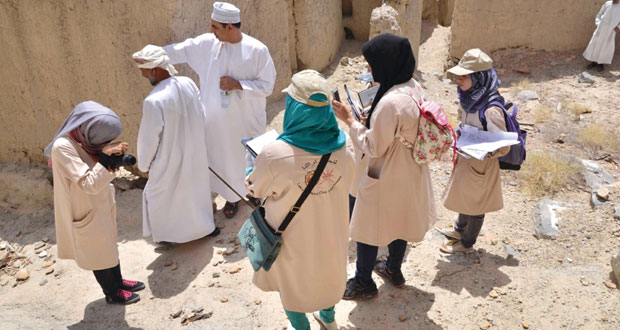 """حملة """"لنحمي تراثنا"""" تسلم الكتب التوثيقية لأربع حارات عمانية قديمة"""
