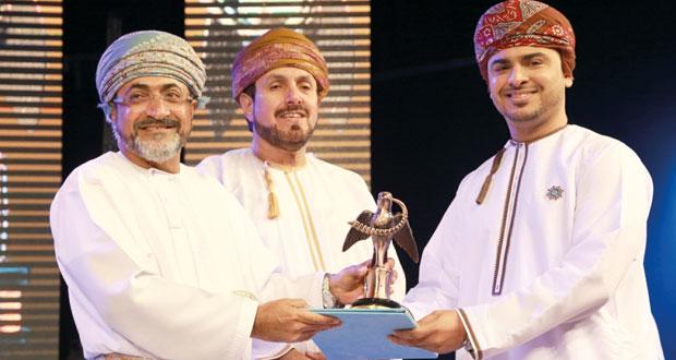 (الأغنية العمانية) يتوّج الفنان محاد المشيخي بالبلبل الذهبي وأحمد العريمي يحصد الفضي