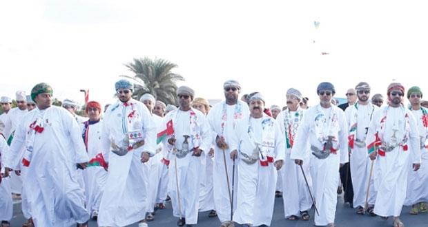 موظفو القطاع الخاص ينظمون مسيرة حب وولاء بشاطئ السيب