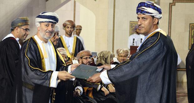 وزير الدولة و محافظ ظفار يرعى حفل تخريج 1549 من طلبة الكليات الإنسانية بجامعة السلطان قابوس
