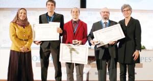 وزيرة التربية والتعليم تسلم جائزة السلطان قابوس لحماية البيئة لمجموعة البحث بشأن الأراضي الرطبة بجامعة بوانوس آيرس بالأرجنتين