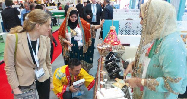زوار معرض سوق السفر والسياحة بلندن يبدون اعجابهم بمنتجات الفتيات العمانيات