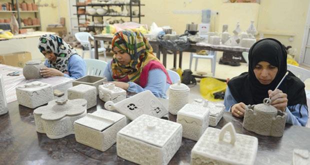 المرأة العُمانية وإنجازات متواصلة في قطاع الصناعات الحرفية
