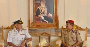 رئيس أركان قوات السلطان المسلحة وقائد البحرية السلطانية العمانية يستقبلان وفداً من البحرية الهندية