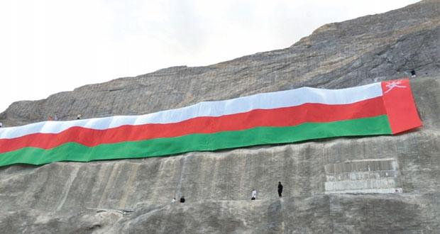 احتفاء بالعيد الوطني ..أبناء العامرات ينصبون علم السلطنة بطول 70 مترا