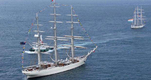 سفينة (شباب عمان الثانية) تغادر ميناء السلطان قابوس في رحلتها الدولية الثانية (جسر الصداقة العمانية الهندية 2015م) وترافقها سفينة التدريب الشراعي الهندية (ترنجيني)
