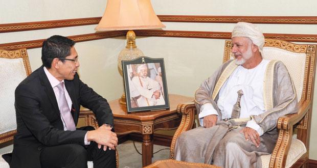 الوزير المسؤول عن الشؤون الخارجية يستقبل مسؤولين سنغافوري وبريطاني
