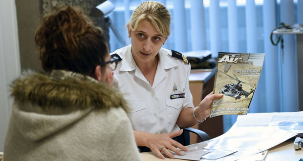 فرنسا تسعى لتشكيل ائتلاف لمكافحة الإرهاب على وقع حملة مطاردة المشتبهين