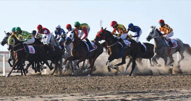 تنافس وإثارة يشهدهما السباق الخامس للخيول على مضمار الرحبة ببركاء