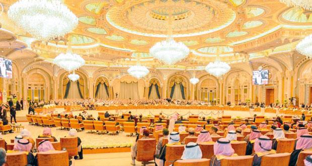 أسعد بن طارق يعود إلى البلاد بعد مشاركته في اختتام أعمال القمة العربية الأميركية الجنوبية