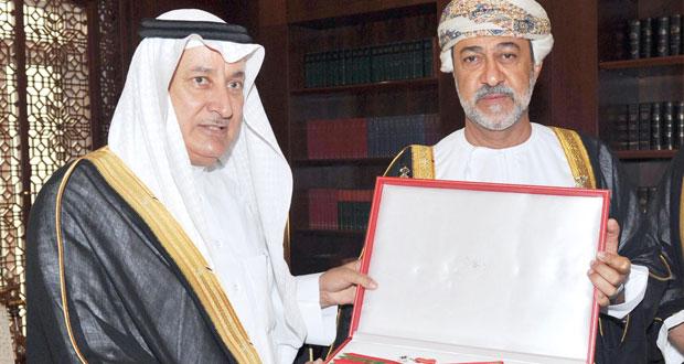 جلالته يمنح التويجري وِسام عُمان المدني من الدرجة الثانية