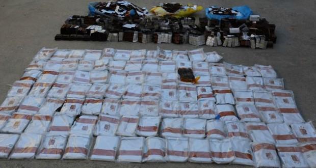الشرطة تلقي القبض على خمسة بتهمة تهريب وحيازة المخدرات في قريات والسيب