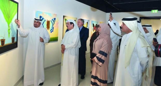 """مديرة الجمعية العمانية للفنون التشكيلية تشارك في معرض """"استعادة الأحداث"""" في قطر"""