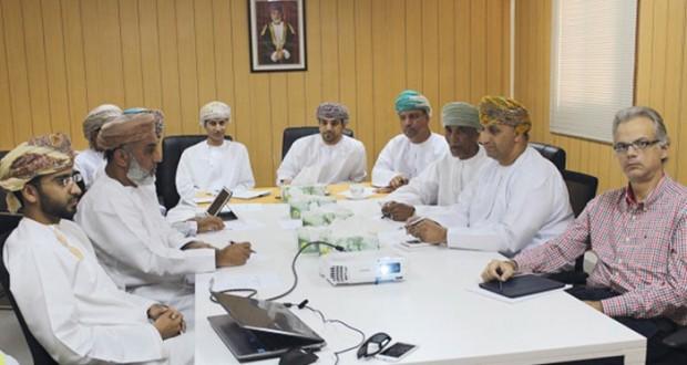 لجنة متابعة إنشاء ميناء الصيد البحري بالمصنعة تناقش عمليات التوظيف وإنشاء سوق للأسماك ومبنى إدارة الميناء