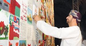 """وزير ديوان البلاط السلطاني يكمل عقد الـ 1970 لوحة وتشكيل بانورامية """"إشراقة نورها قابوس"""" في نادي الواحات"""