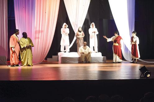 """""""عاشور"""" يستجدي الواقع بتراتيل زمنية مرتبة في مهرجان المسرح العماني السادس"""