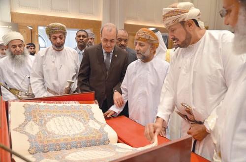 """لوحات تجسد الفنون الاسلامية العمانية في معرض """"الفن الإسلامي في عمان"""" بجامع السلطان قابوس الأكبر"""