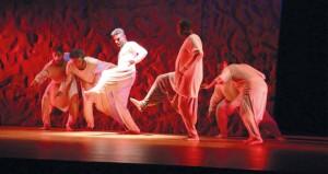 """""""فنتازيا الكاسر"""" ينثر بذور الأسئلة المتصلة بالوجود وعذابات الإنسان في مهرجان المسرح العماني السادس بنزوى"""