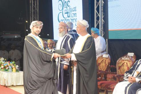 جامعة صحار تحتفل بتخريج 690 طالبا وطالبة