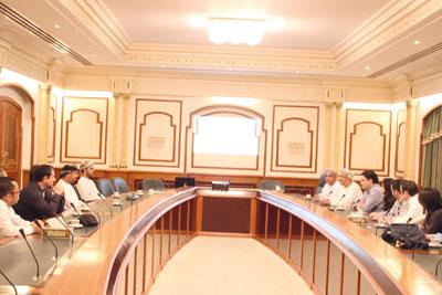 الأمين العام لمركز السلطان قابوس العالي للثقافة والعلوم يستقبل وفدا من كلية لندن للأعمال