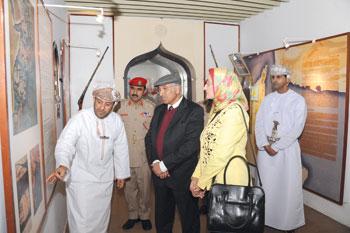 مدير المركز الليبي للمحفوظات ورئيسة دار الوثائق المصرية يزوران متحف قوات السلطان المسلحة