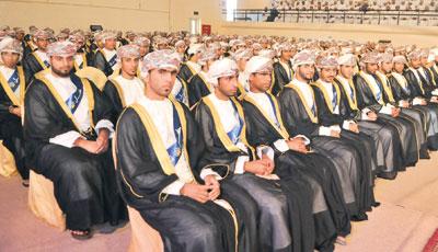 الكلية التقنية بنزوى تحتفل بتخريج ( 562 ) طالباً وطالبة من حملة شهادة البكالوريوس والدبلوم والدبلوم المُتقدم