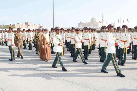 الجيش السلطاني العماني يحتفل بتخريج دورة الضباط المرشحين والجامعيين التخصصيين