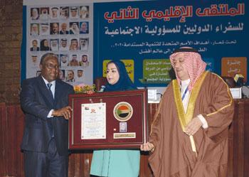 الرئيس السوداني يكرم رئيسة الهيئة العامة للصناعات الحرفية بوسام المسؤولية الاجتماعية