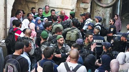 عصابات المستوطنين تقتحم (الأقصى) وميليشات الاحتلال تداهم الضفة