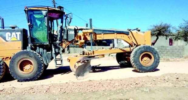 بلدية ظفار تنفذ مشاريع طرق بولاية رخيوت
