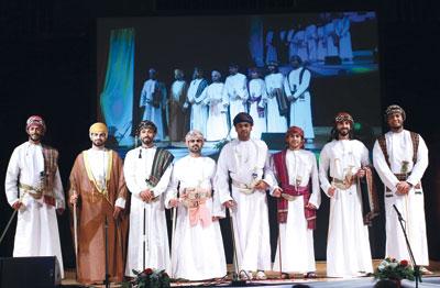 مصمم الأزياء محمد الصبحي ينقل صور الأزياء العمانية الرجالية فـي إطار فني متنوع