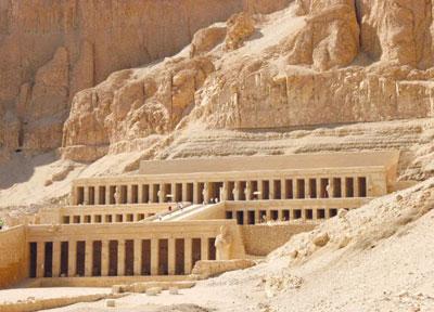الشمس تتعامد بشكل كُلِى على مقصورة الإله آمون بمعبد الملكة حتشبسوت بصعيد مصر