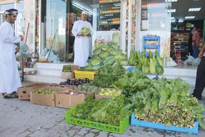 أسواق نزوى تزخر بكميات كبيرة من المحاصيل الزراعية المحلية