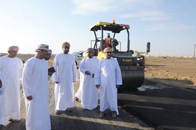وزير البلديات يطلع على عدد من المشاريع والخدمات البلدية والمائية بمحافظة البريمي