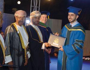 كلية عمان الطبية تحتفل بتخريج دفعة جديدة من الأطباء والصيادلة
