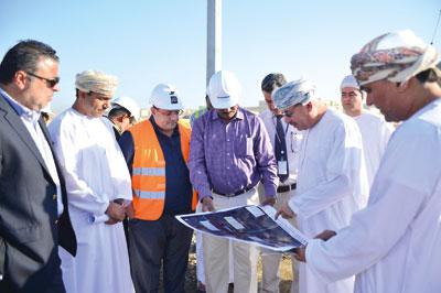 رئيس بلدية مسقط يتفقد عددا من مشاريع الطرق ومواقع محطات الوقود المقترحة على طريق مسقط السريع