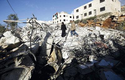 جيش الاحتلال يعدم فلسطينيين على حاجز عسكري للاشتباه فـي طعنهما جنودا