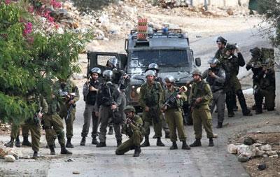 الاحتلال يداهم منزل الشهيد علي أبو مريم ويعتقل العشرات من الضفة