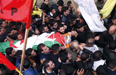 جيش الاحتلال يعدم فلسطينيا بزعم محاولة طعن جنود..وميليشيا المستوطنات تخطف آخر