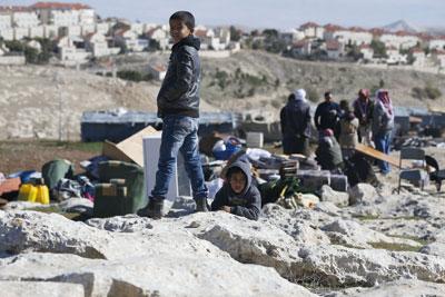 بيوت الفلسطينيين في مرمى جرافات الهدم الإسرائيلية وتشريد 5 عائلات من (عرب الجهالين)