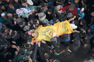 شهيد بقصف جوي على غزة..والضفة تشيع شهداءها