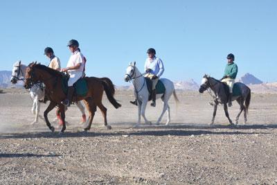 """""""مسير الفرسان في ربوع عُمان"""" يتعرف على المعالم التراثية والسياحية بالداخلية"""