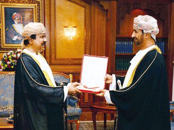 جلالة السلطان يمنح وسام عُمان المدني لمستشار الوفد الدائم للسلطنة لدى اليونسكو