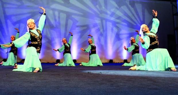 عروض المسرح الرئيسي تبهر زوار مهرجان مسقط بحديقة العامرات